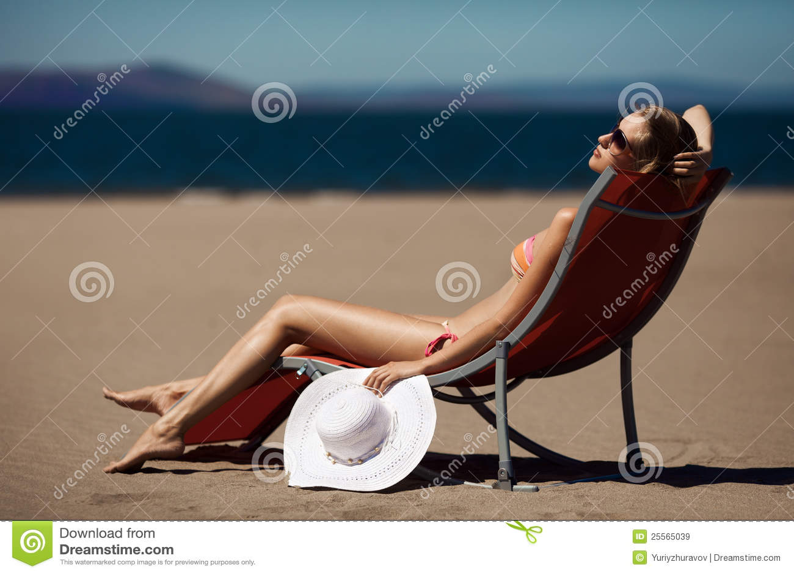 женщина deckchair пляжа красивейшая