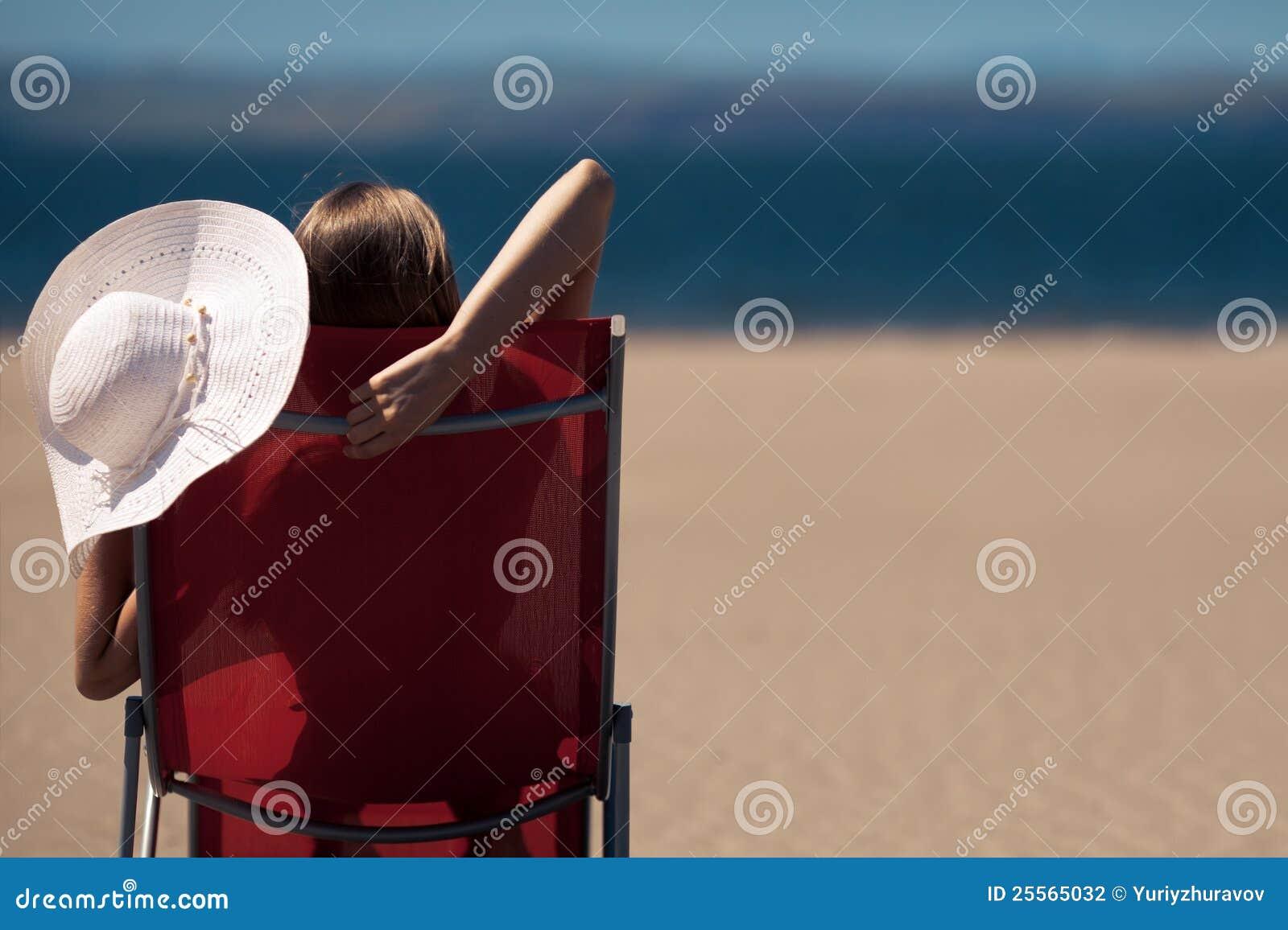 женщина deckchair пляжа