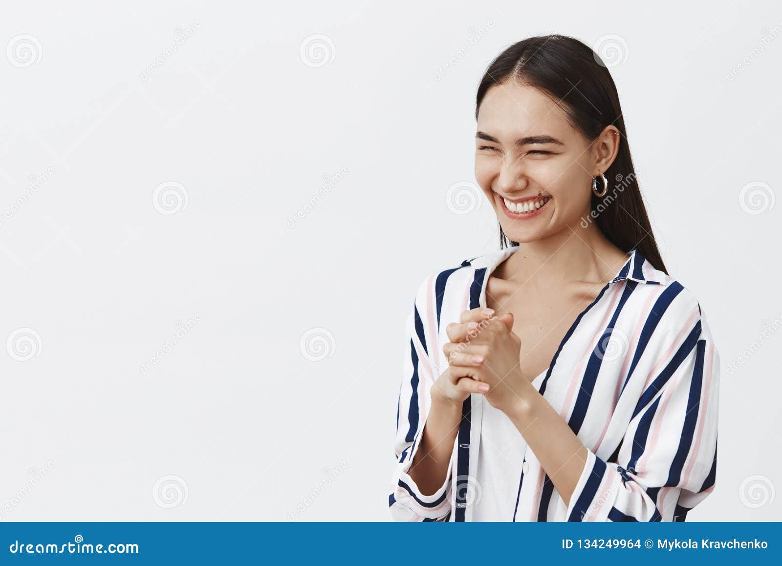Женщина grinning и торжествуя, делая план приходит верно Портрет положительной симпатичной подруги с естественным