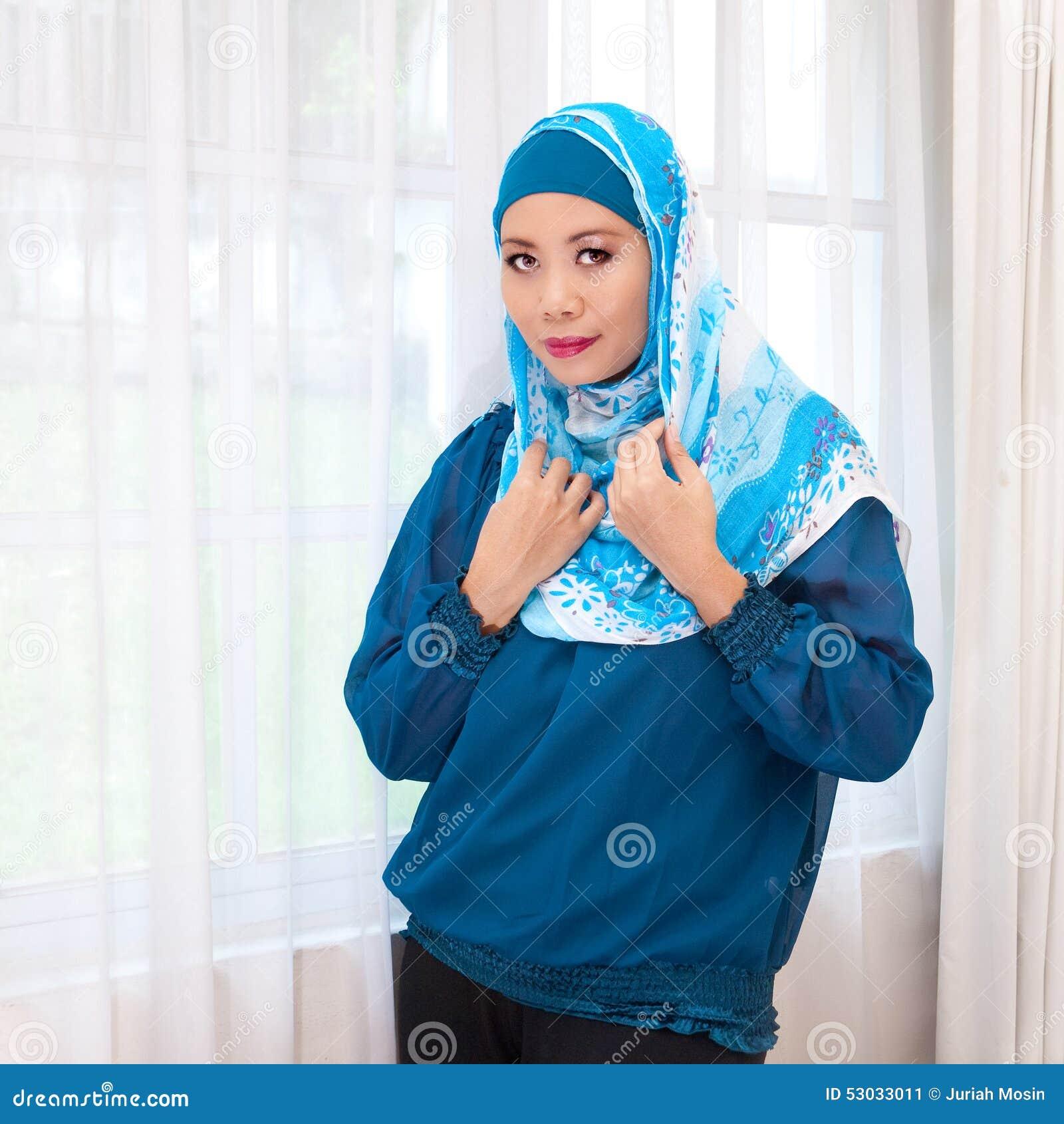 Женщина Malay в современных одежде и шарфе