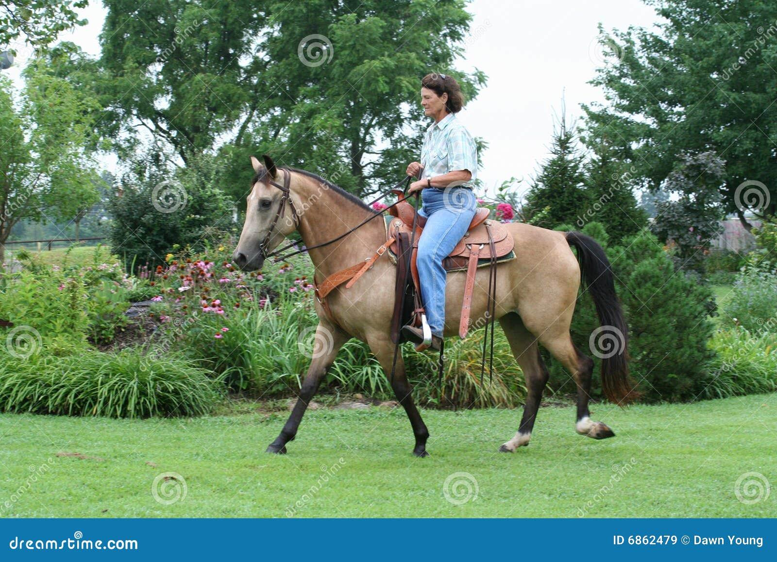 женщина riding лошади