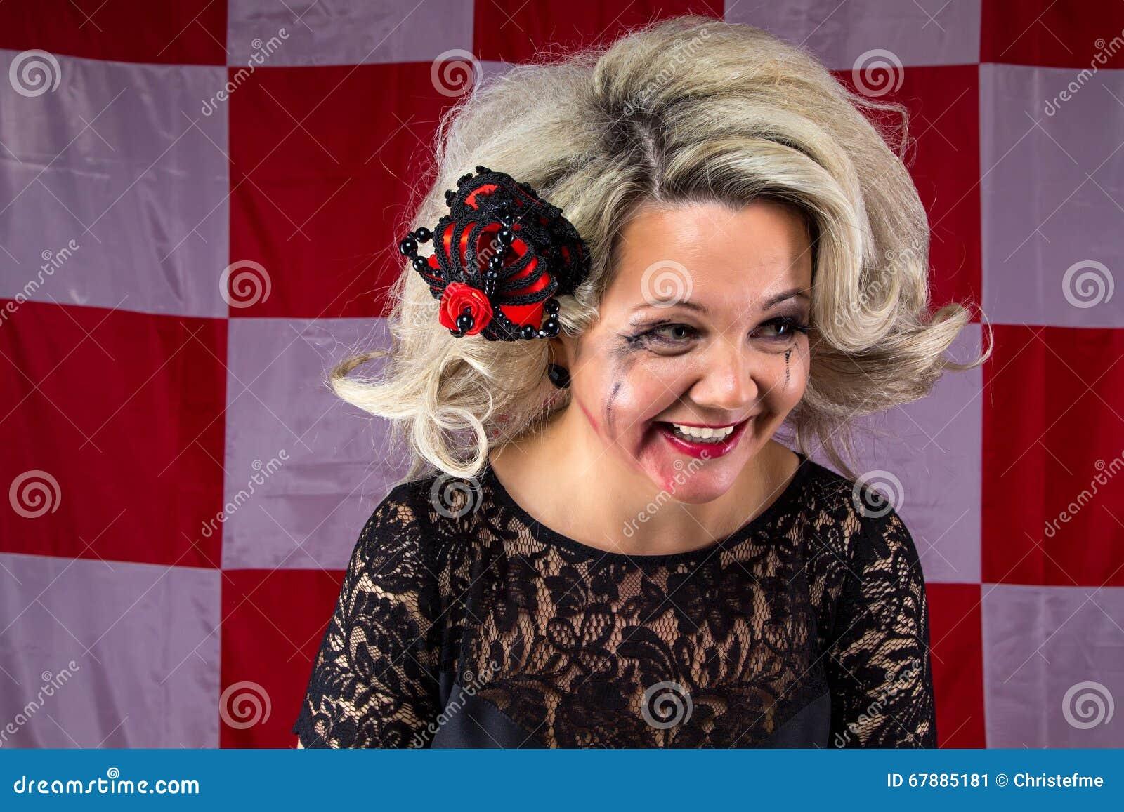 Женщина Ruffled смеясь над с smudged составляет