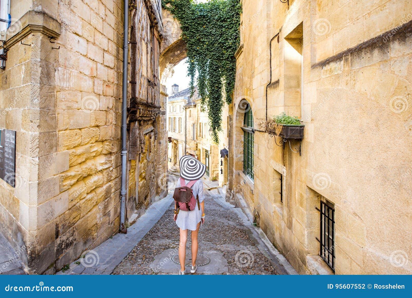 Женщина tarveling в деревне Emilion Святого, Франции