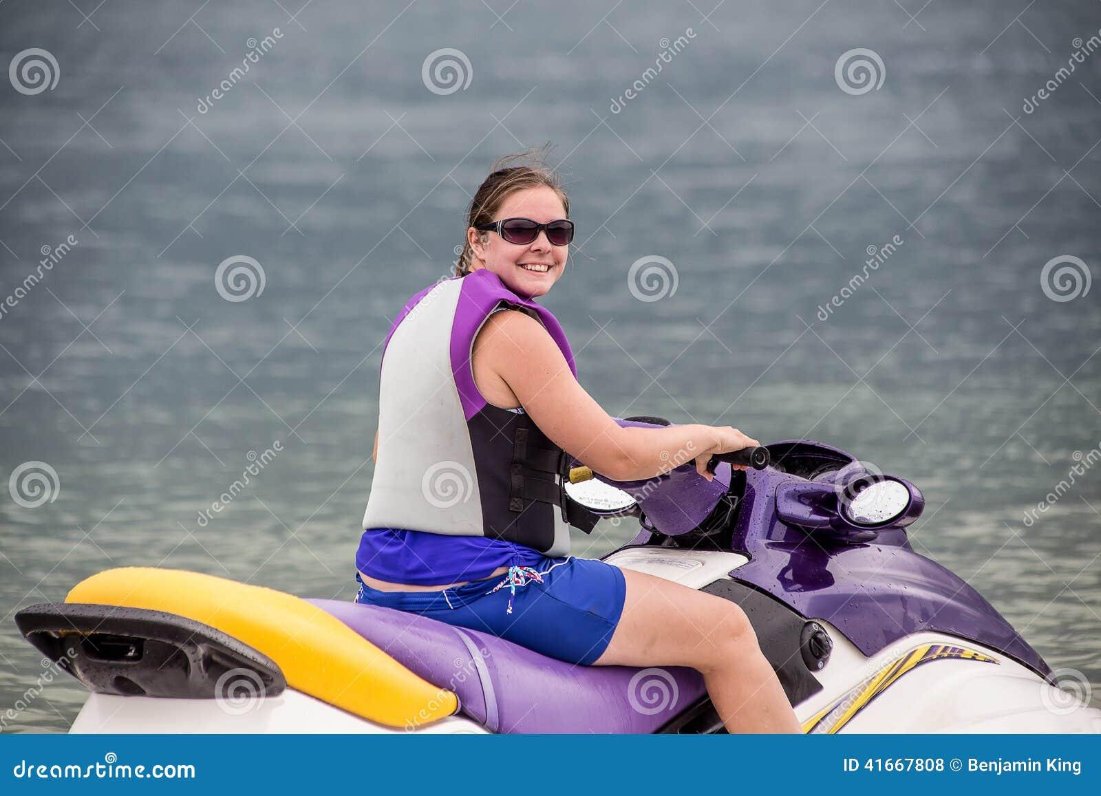 Женщина Yound ехать лыжа двигателя