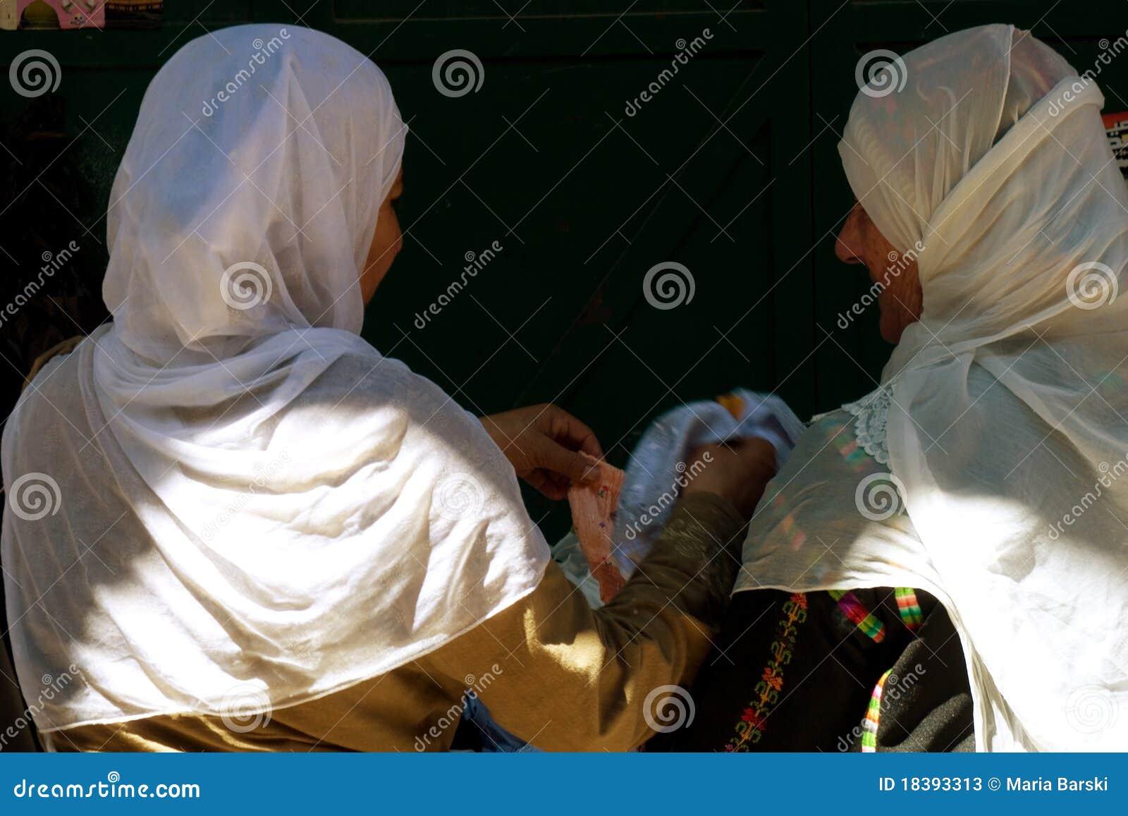 женщины арабского costume ходя по магазинам традиционные 2