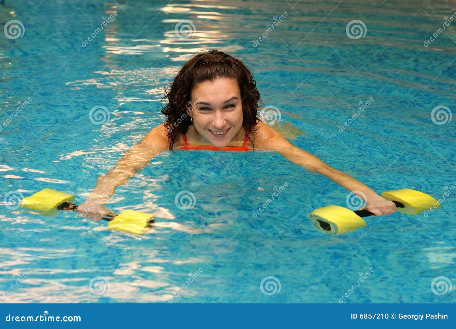 женщины воды dumbbels