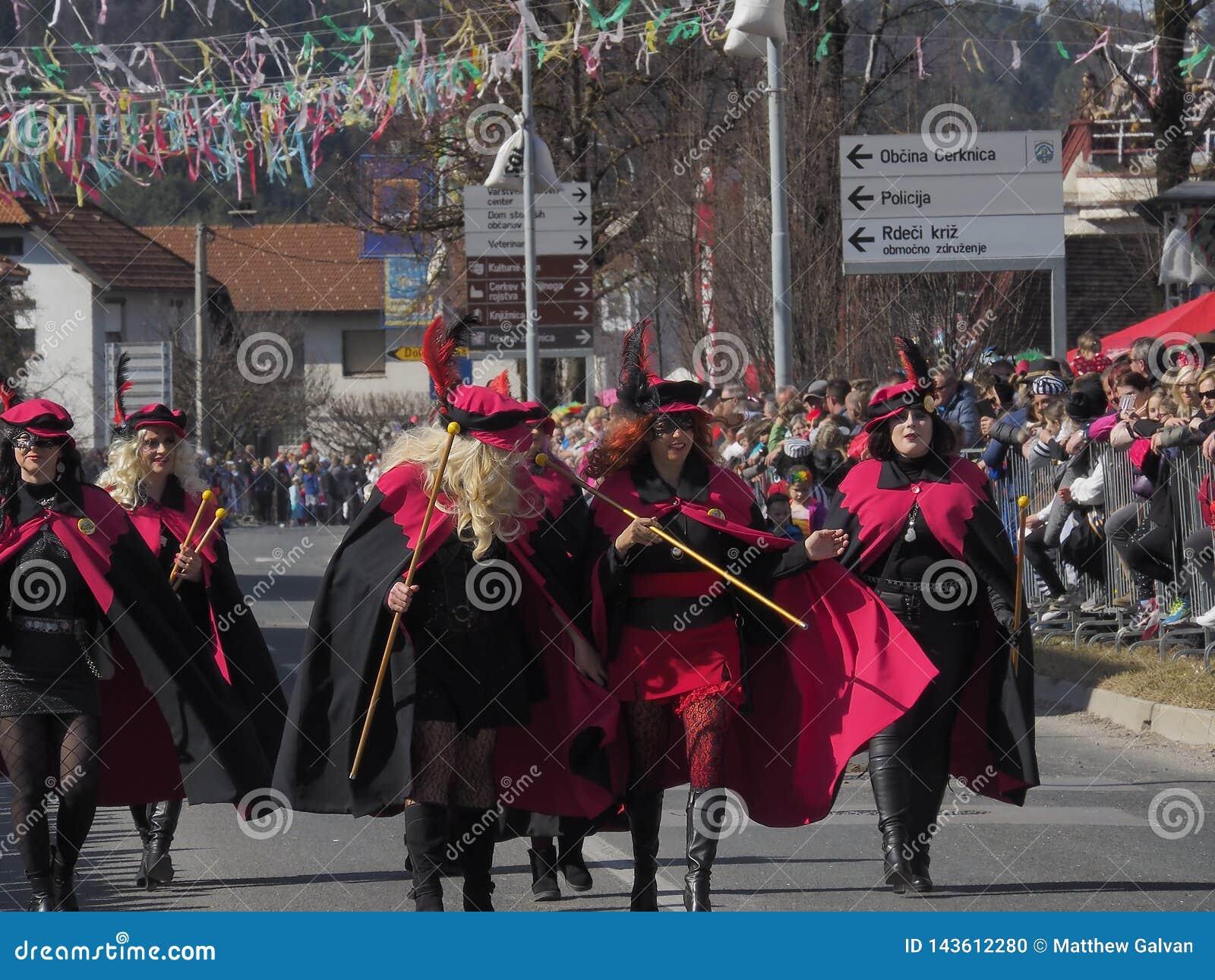 Женщины в костюмах для парада весны
