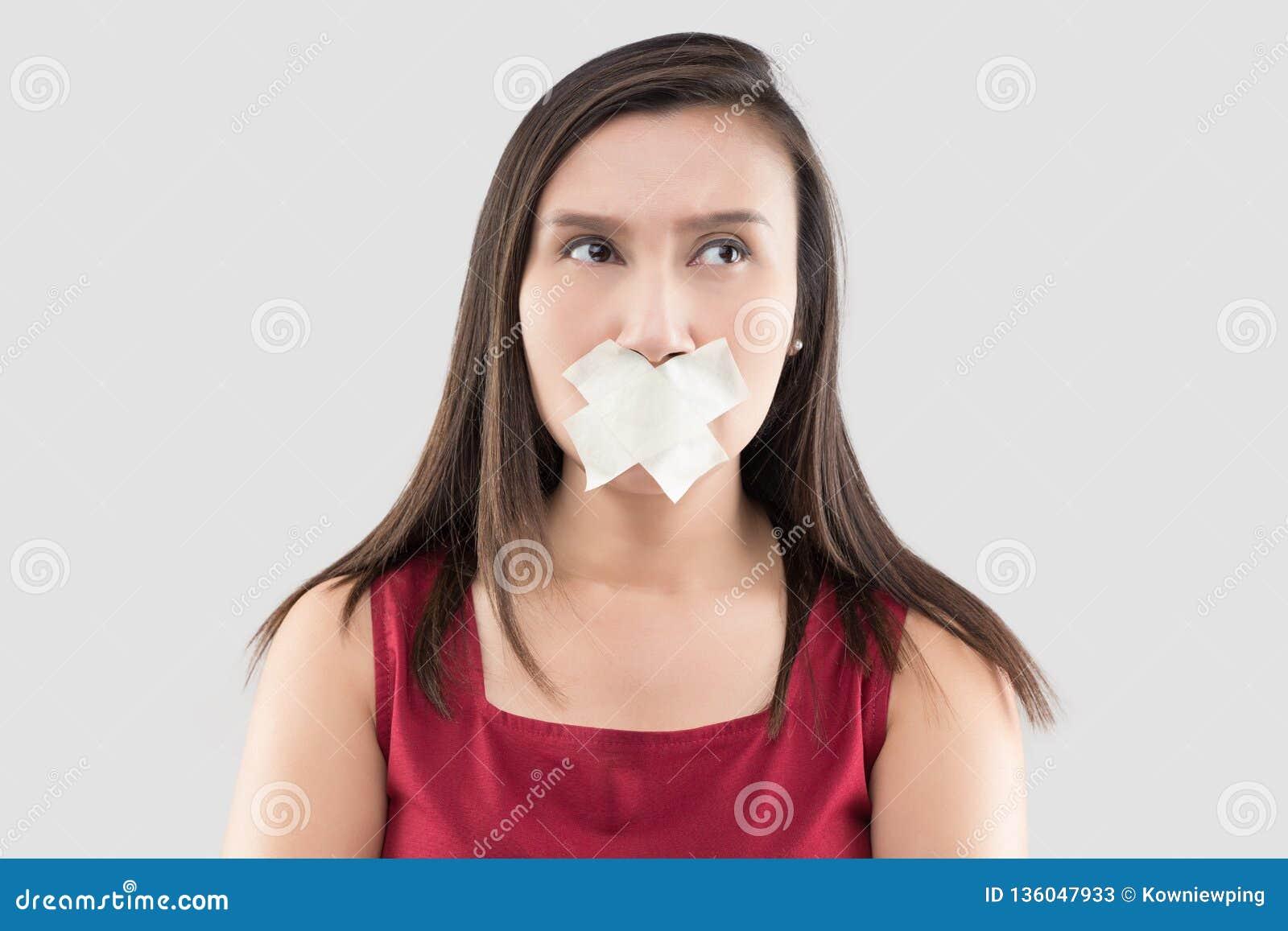 Женщины в красных платьях используют ленту для маскировки для того чтобы закрыть рот потому что они не хотят комментировать