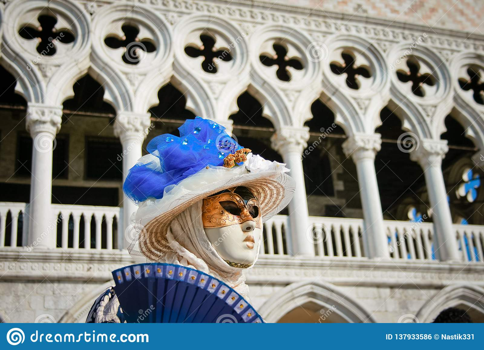 Женщины в маске на carnaval в Венеции