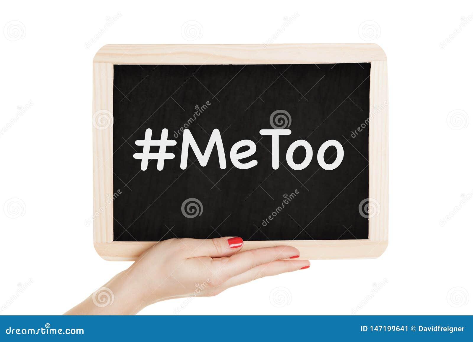 Женщины держа доску с metoo подписывают внутри их руки