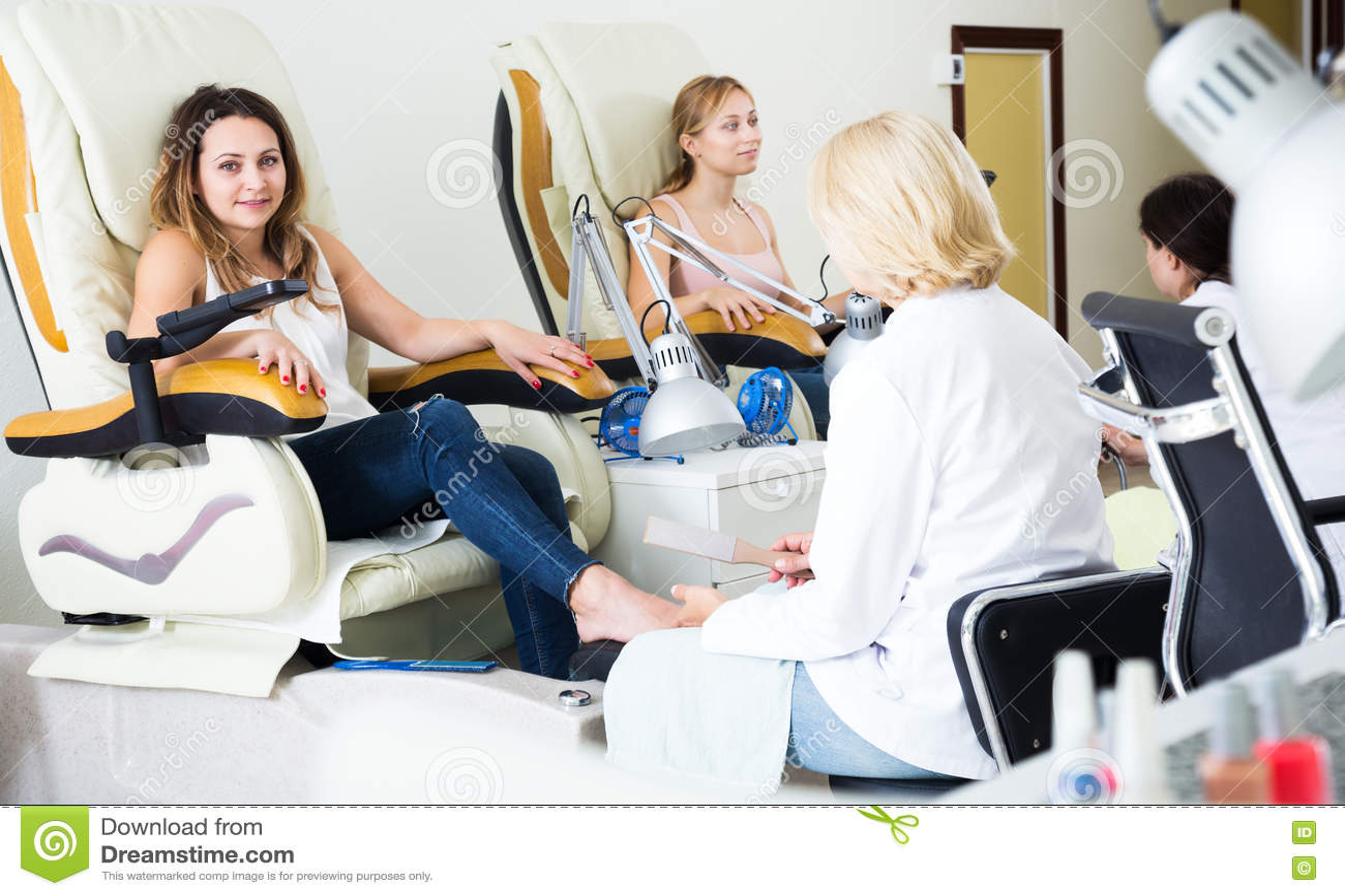 Женщины делая pedicure