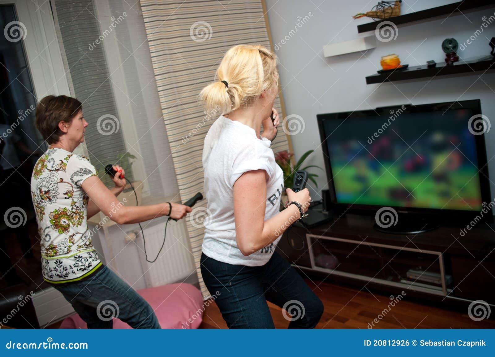Женщины играя видеоигру