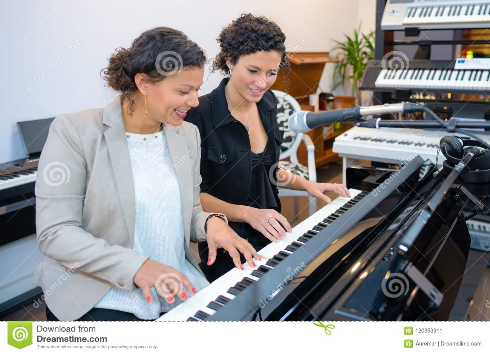Женщины играя дуэт на клавиатуре