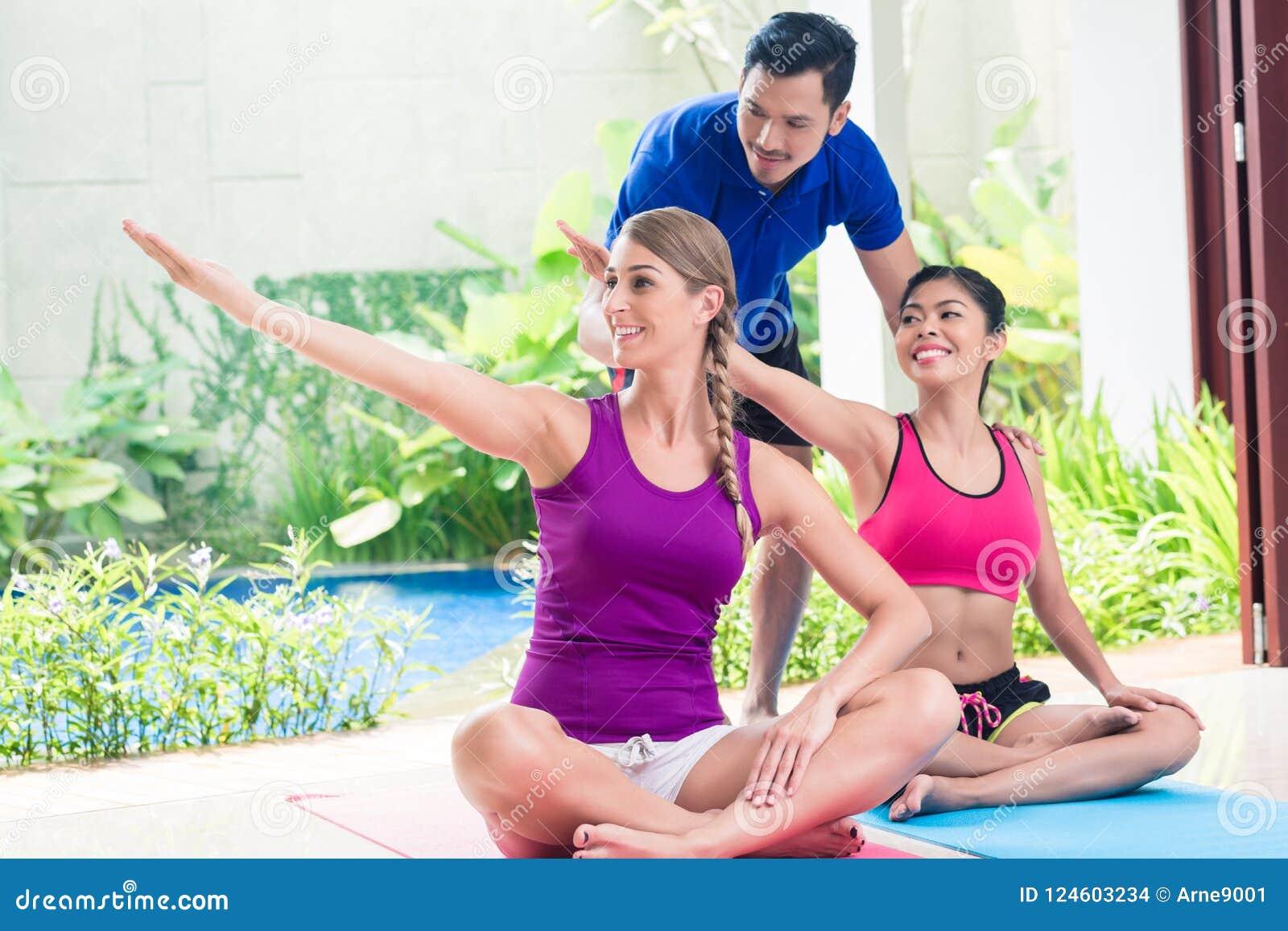 Женщины и личный тренер на тренировке фитнеса