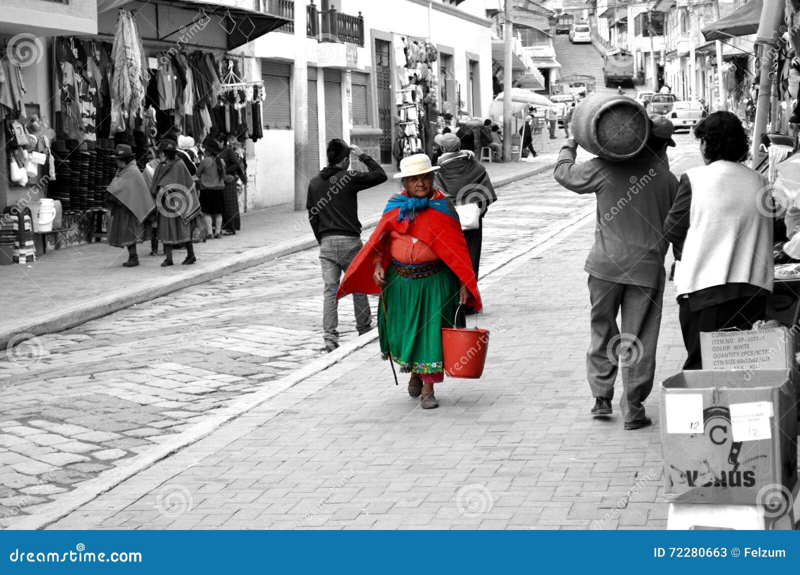 Download Женщины идя в улицу эквадора Редакционное Стоковое Фото - изображение насчитывающей деятельность, женщины: 72280663