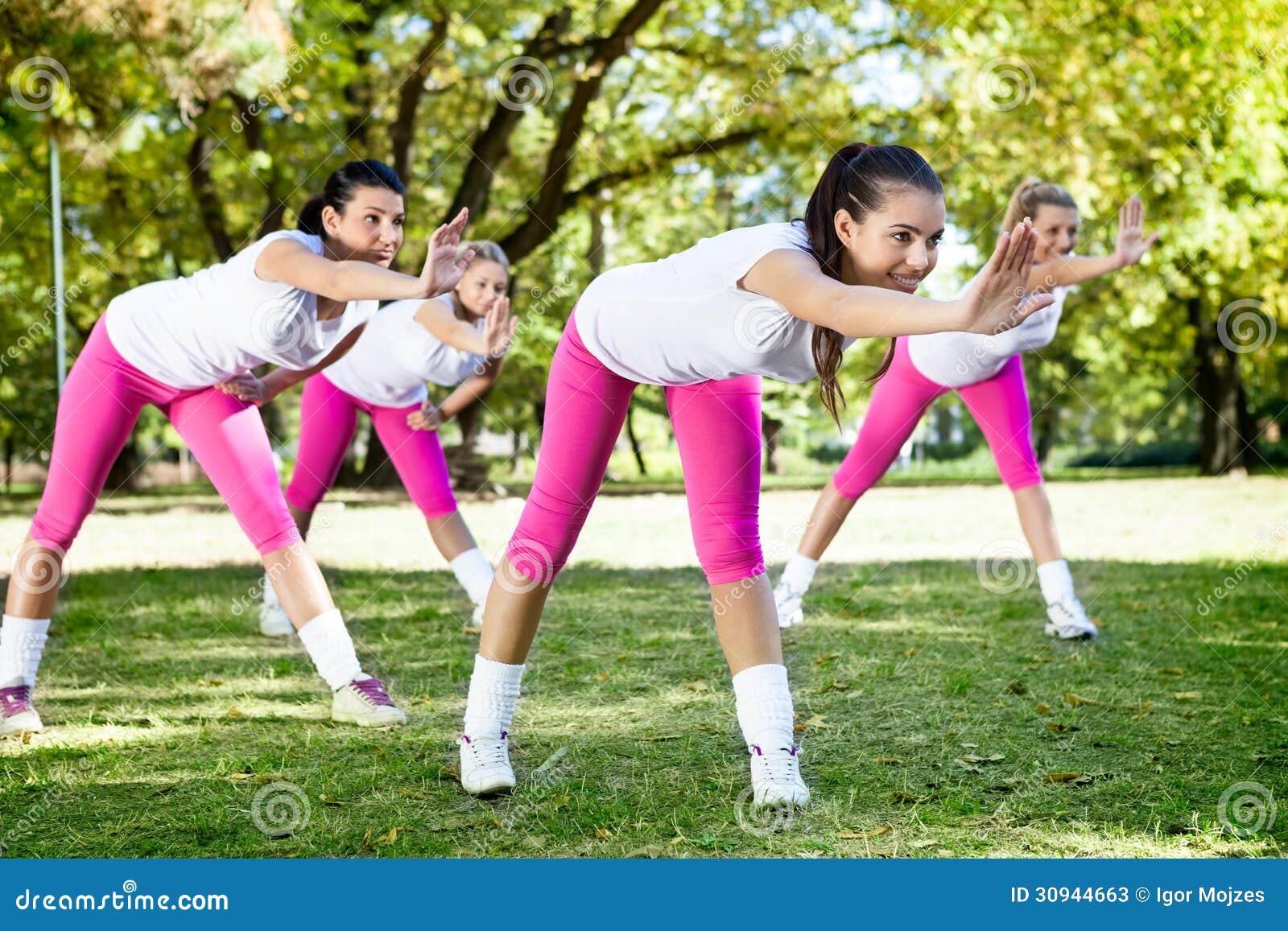 Женщины на классе фитнеса