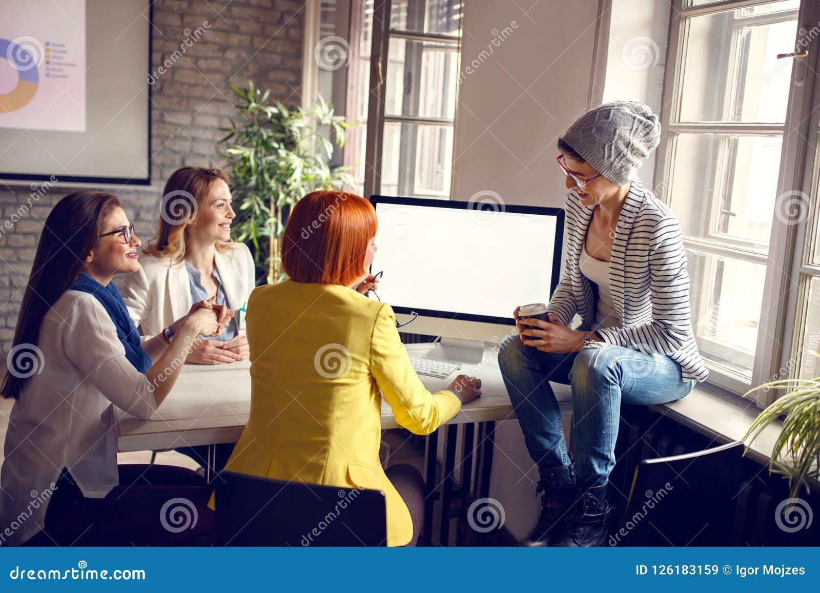 Женщины на работе в офисе
