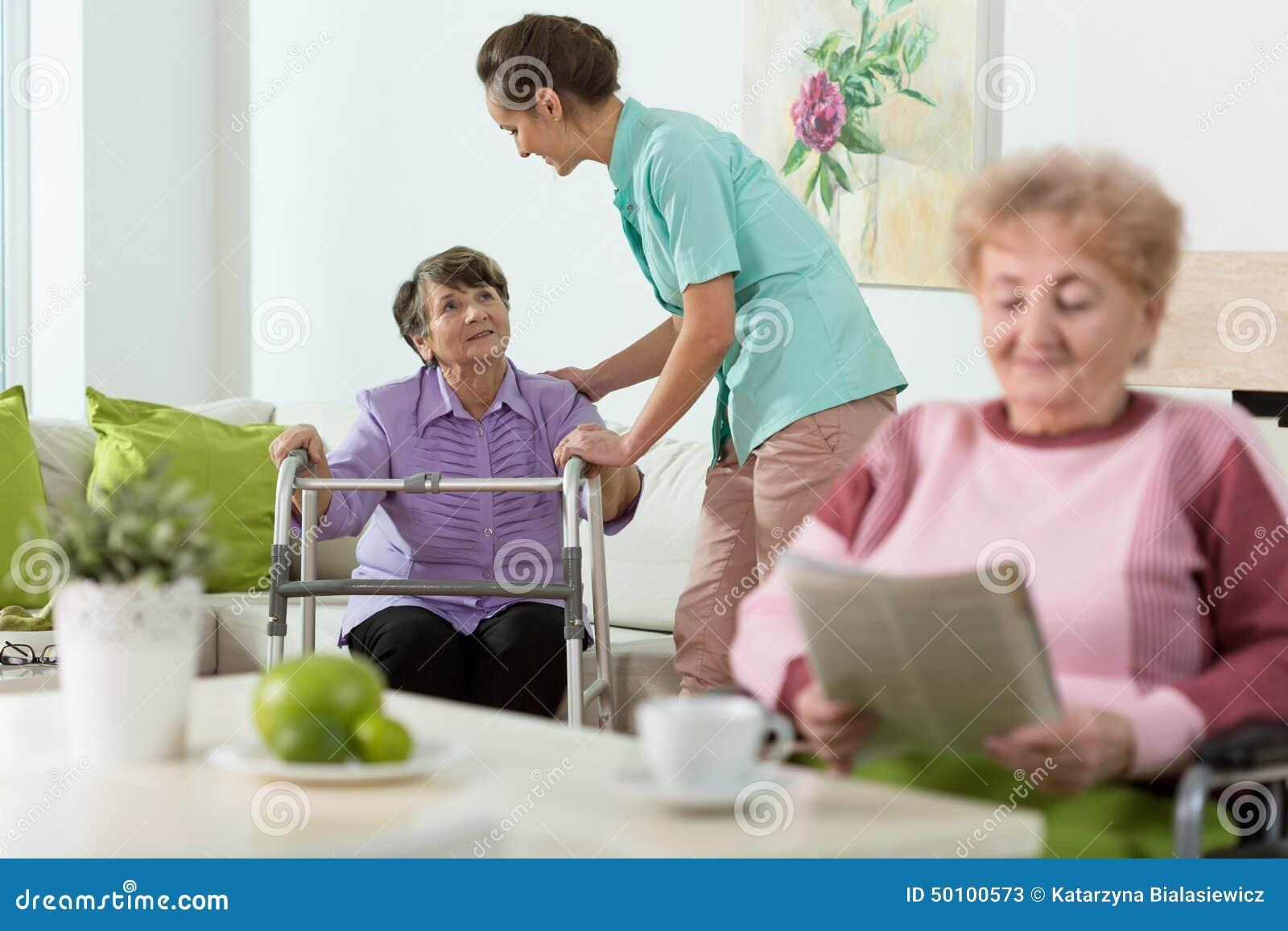 Женщины оставаясь в доме заботы