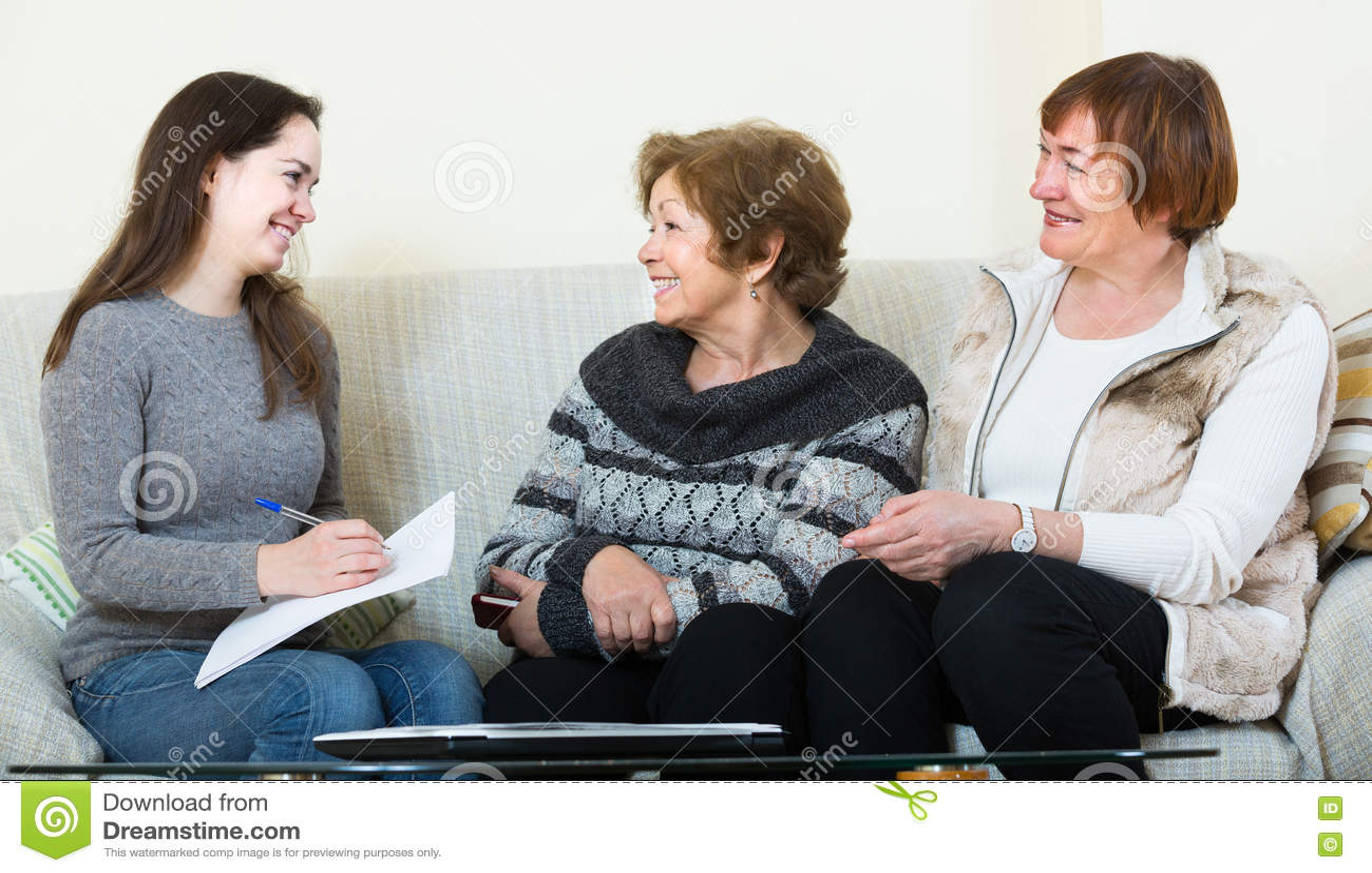 Женщины порции главного бухгалтера с финансами дома
