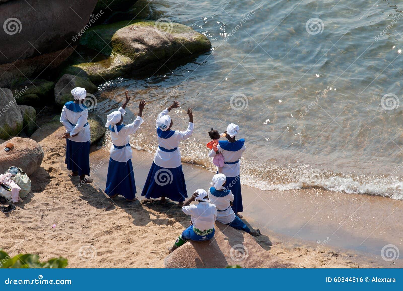 Женщины поют и танцуют на пляже на озере Малави