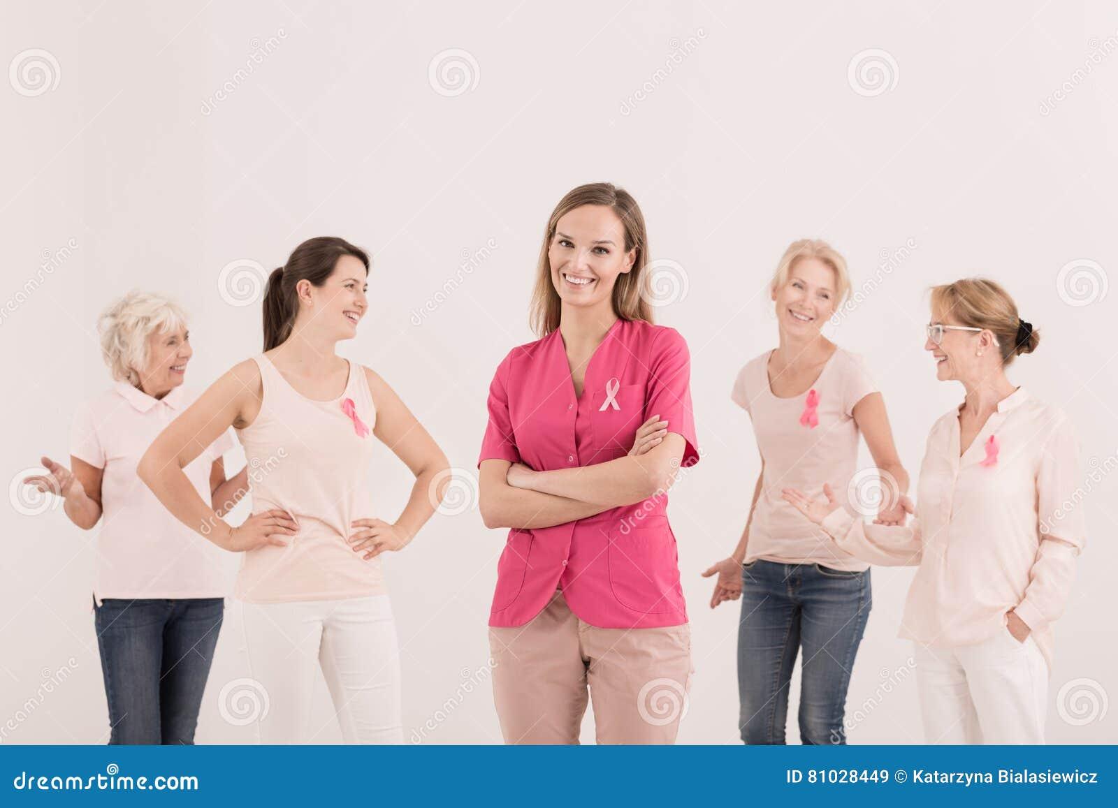 Женщины поддерживая бой с раком