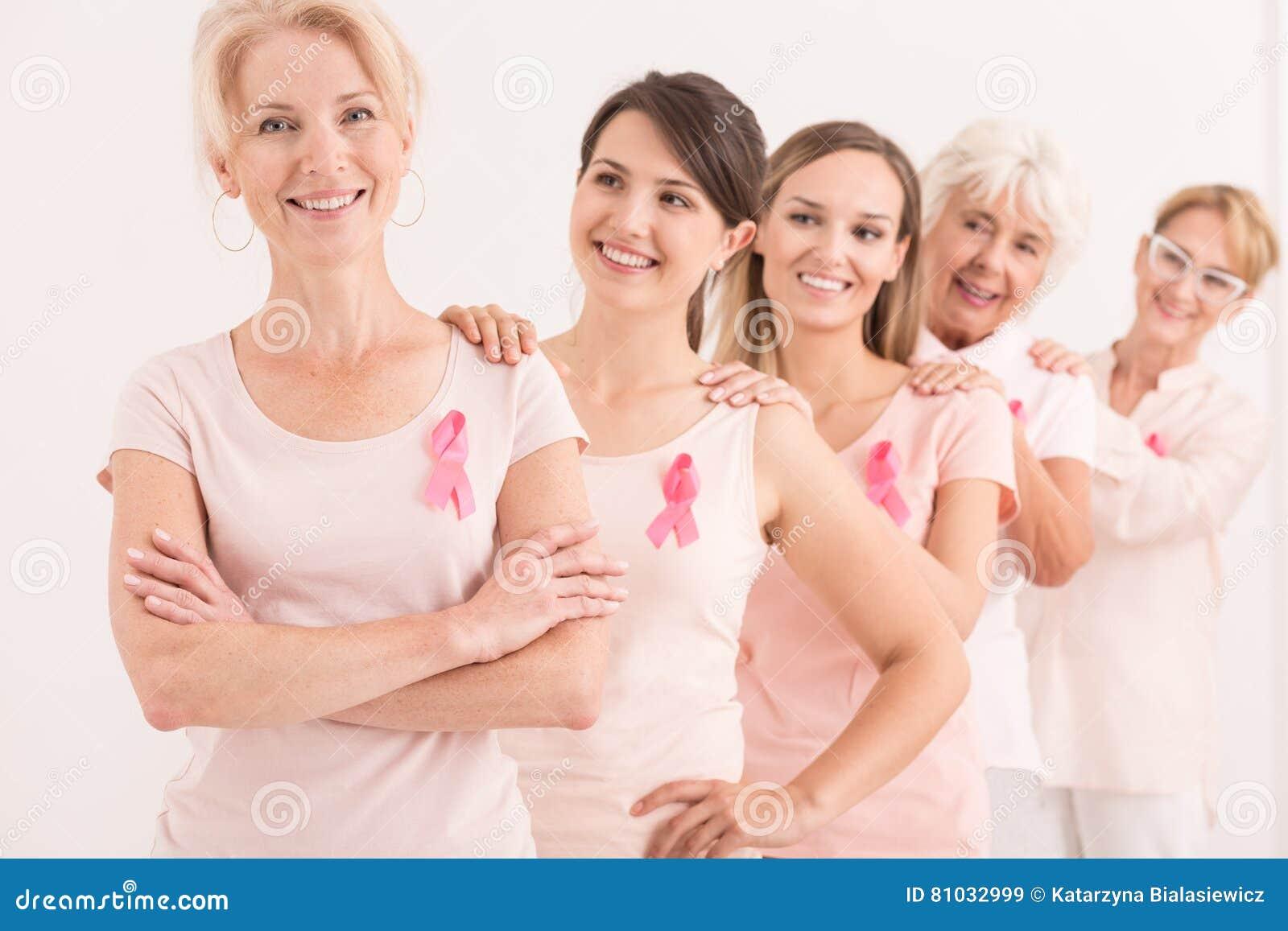 Женщины поддерживая один другого