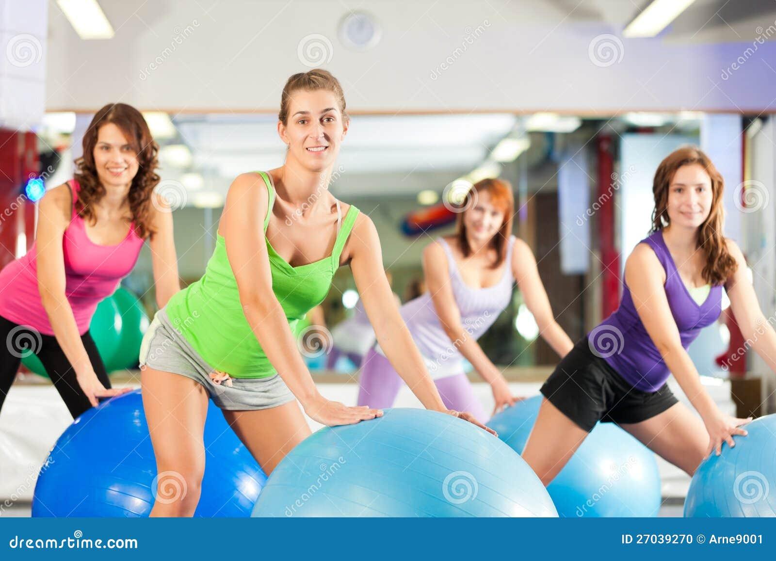 Женщины пригодности гимнастики - тренировка и разминка