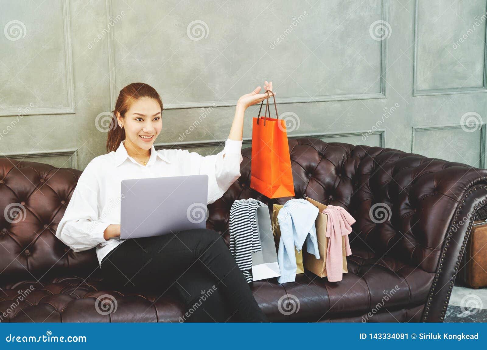 Женщины работающ и счастливы