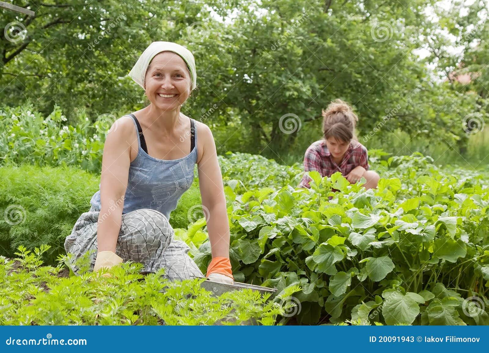 работа в огороде девушки