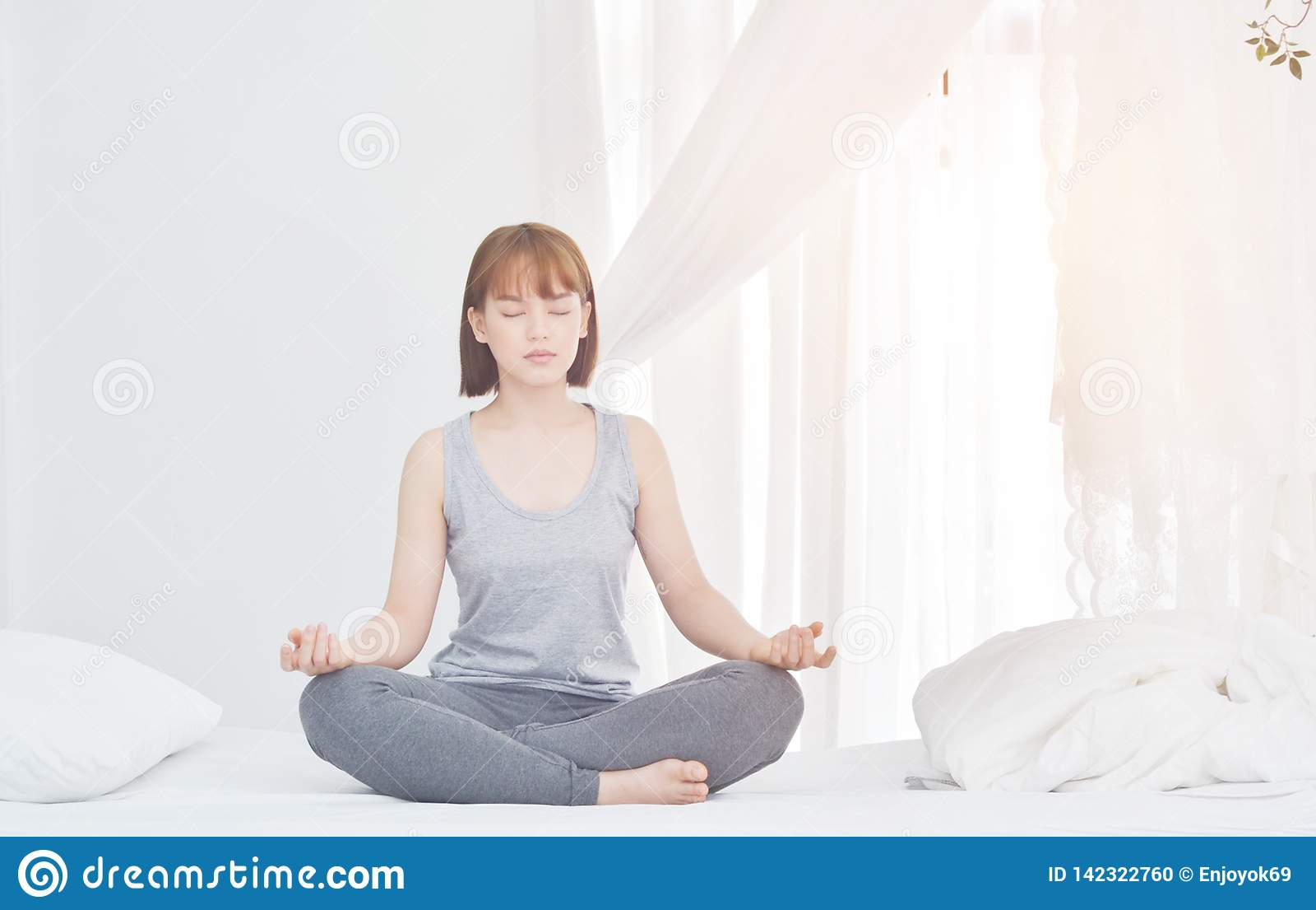 Женщины сидят на йоге на тюфяке