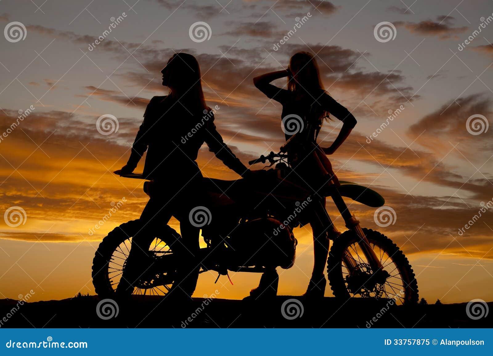 Женщины силуэта 2 готовят мотоцикл