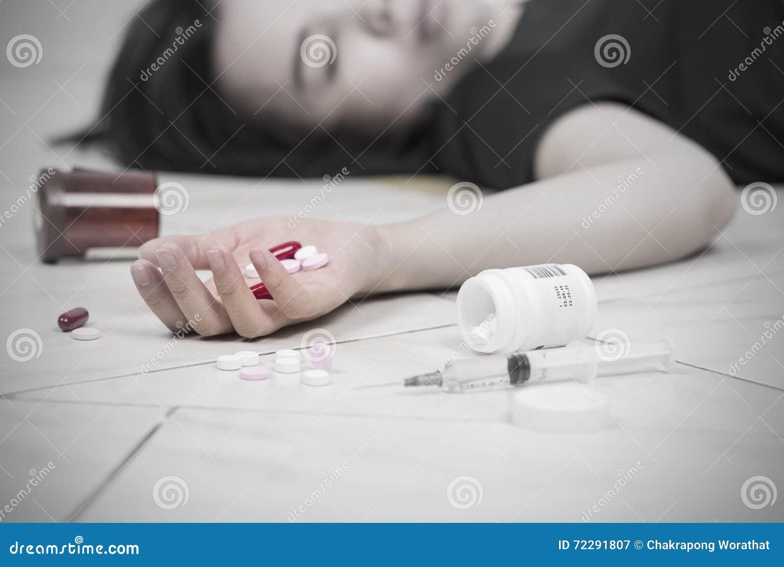Download Женщины фокуса в наличии после съеденной передозировки пилюлек Стоковое Изображение - изображение насчитывающей arlington, после: 72291807