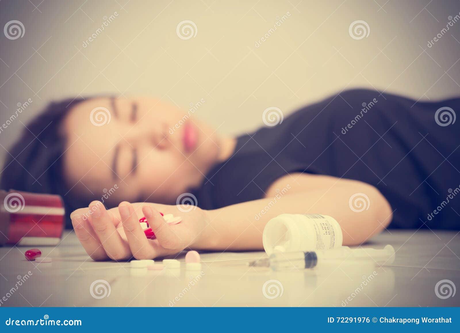 Download Женщины фокуса в наличии после съеденной передозировки пилюлек Стоковое Фото - изображение насчитывающей после, стационар: 72291976