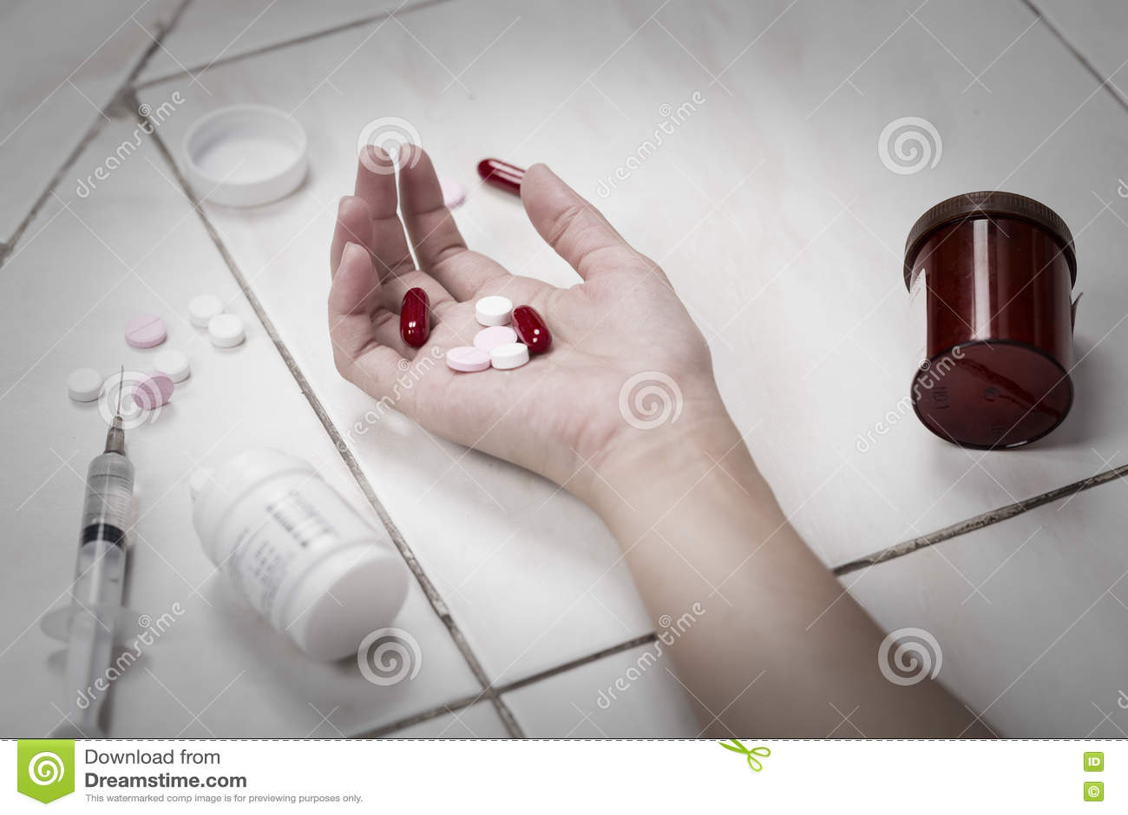 Download Женщины фокуса в наличии после съеденной передозировки пилюлек Стоковое Фото - изображение насчитывающей автоматизации, мертво: 72292384