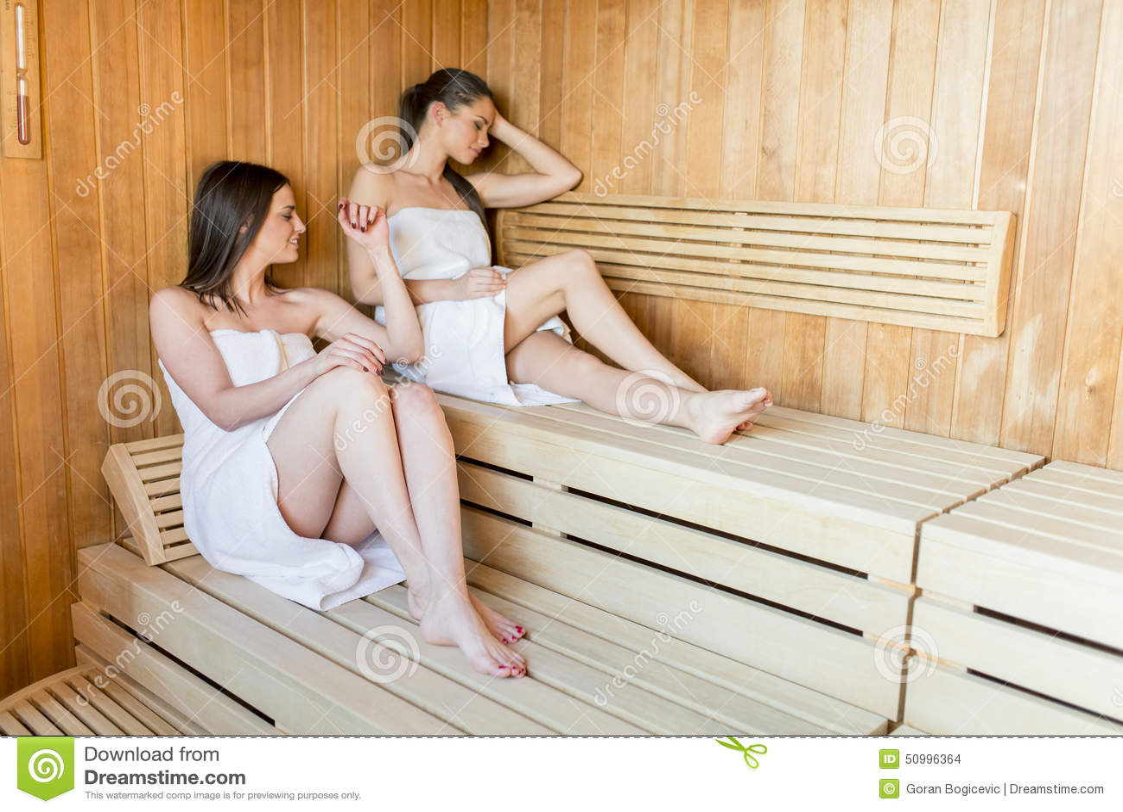 Сосет женщины в бане с молодыми