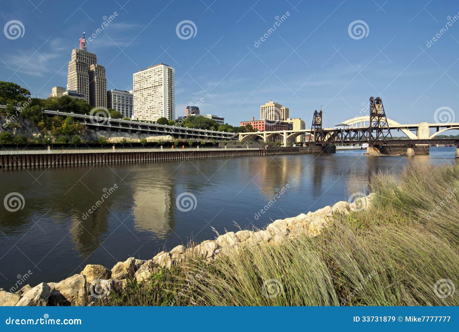 Железнодорожный путь и мост улицы Роберта. Городское St Paul, Минесота