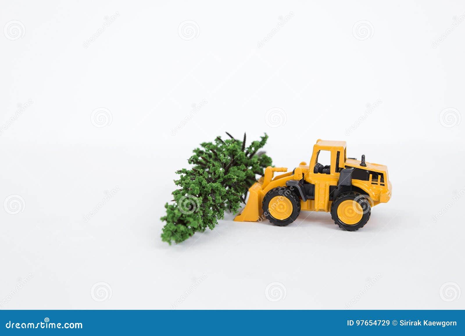 Желтая передняя тележка затяжелителя с зеленым изолятом дерева на белой предпосылке