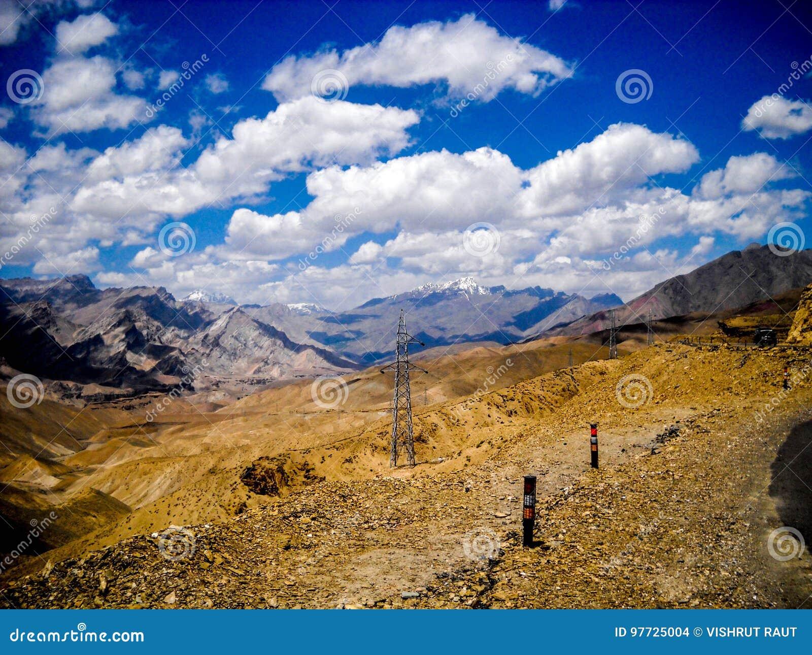 Желтая почва и ясные горы