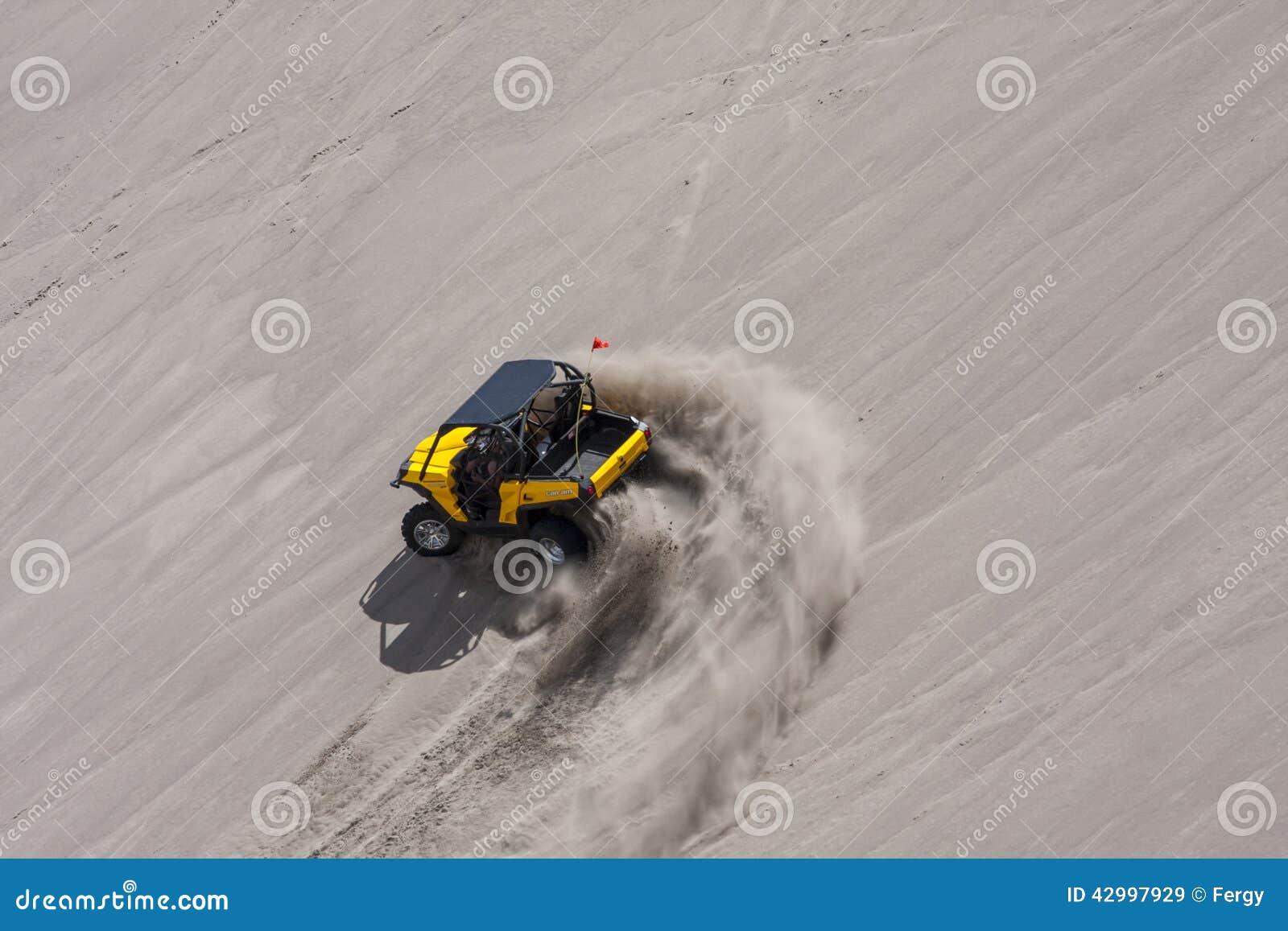 Желтая сторона - мимо - бортовые дефектные гонки мимо в песчанных дюнах