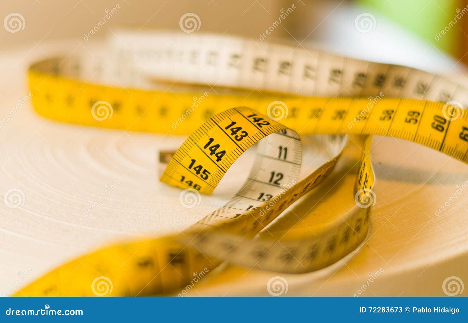 Download Желтое Mesure ленты свернуло вверху таблица, сантиметры и измеряет Messurement Стоковое Изображение - изображение насчитывающей пленка, хобби: 72283673