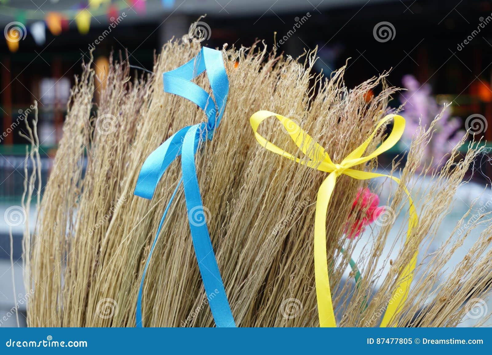 Желтые и голубые ленты связанные в смычках на венике Блинчик, столб, shrovetide