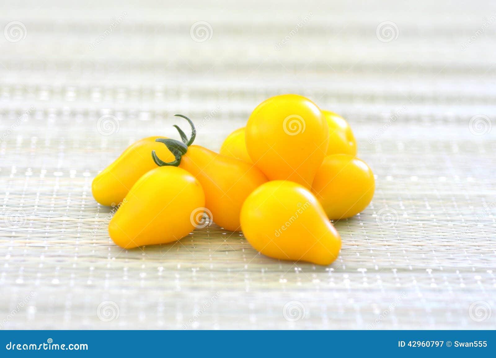 Желтые томаты вишни
