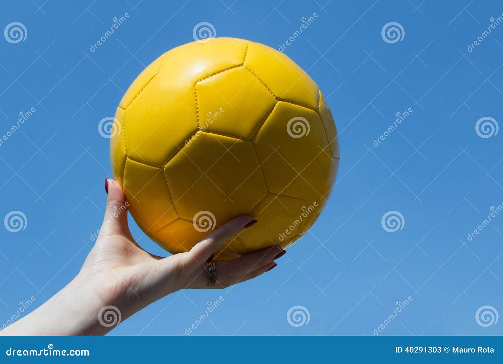 Желтый воздушный шар в небе