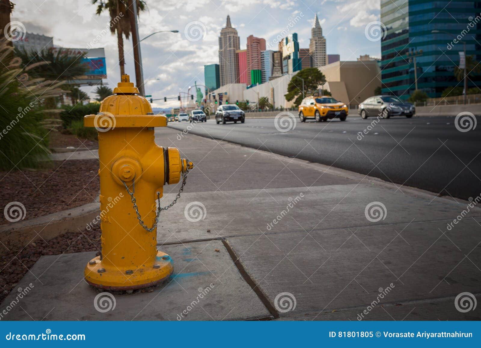 Желтый жидкостный огнетушитель на дороге