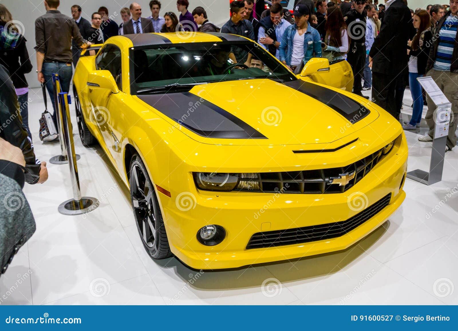 Желтый Корвет на дисплее на мотор-шоу