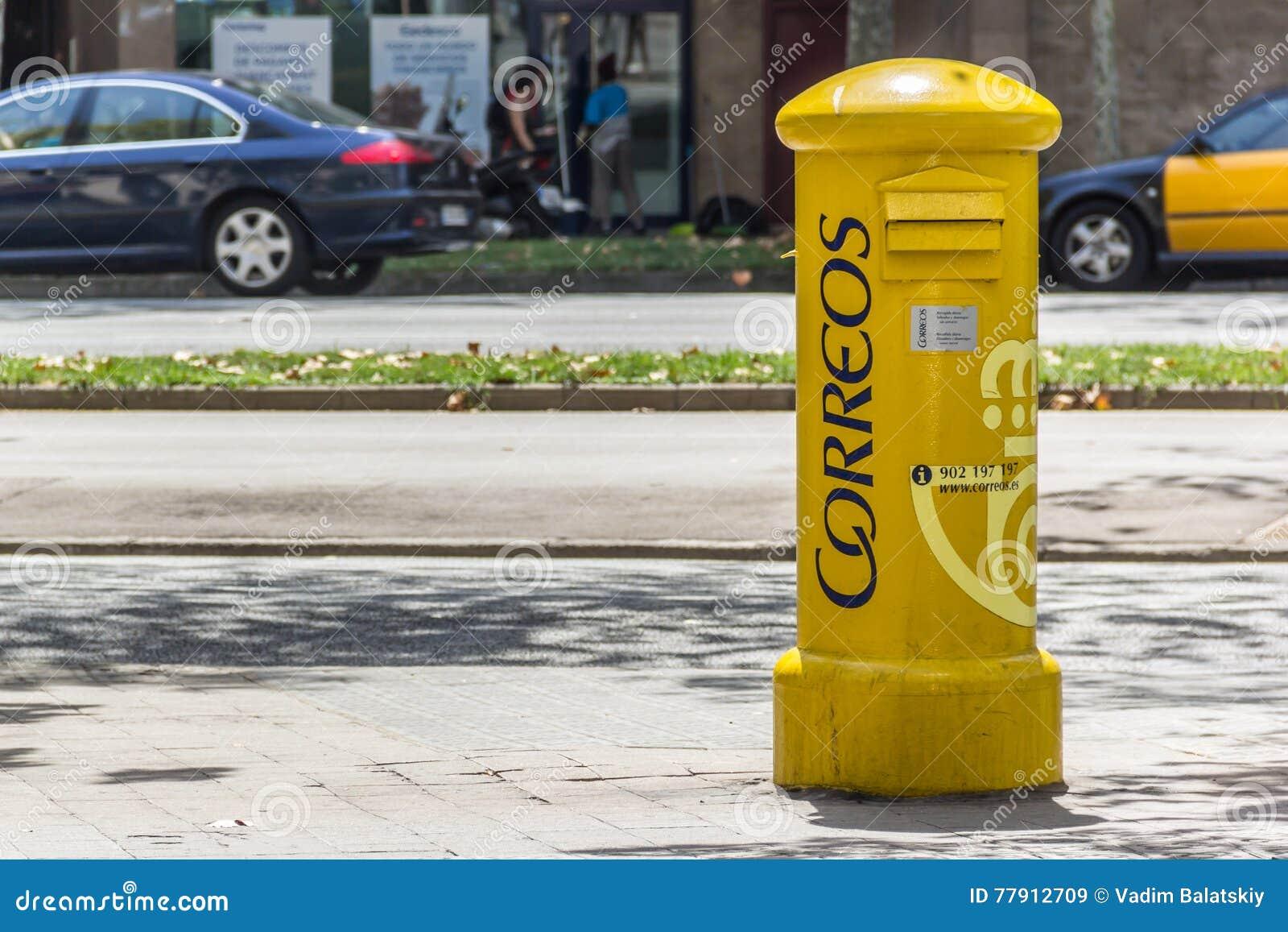 Желтый почтовый ящик Correos на улице