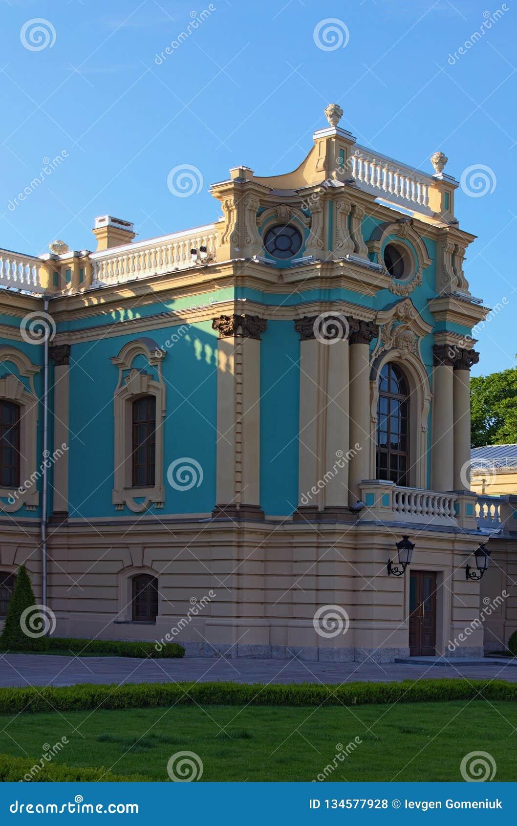 Живописный взгляд правого flugel дворца Mariyinsky Дворец в стиле барокко на холмистом банке реки Dnipro