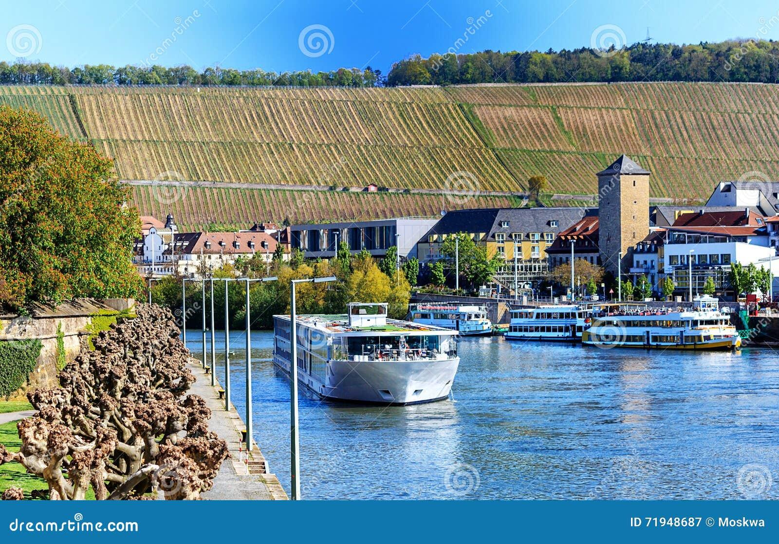 Живописный взгляд банков Главным образом-реки Wuerzburg, Баварии, Германии