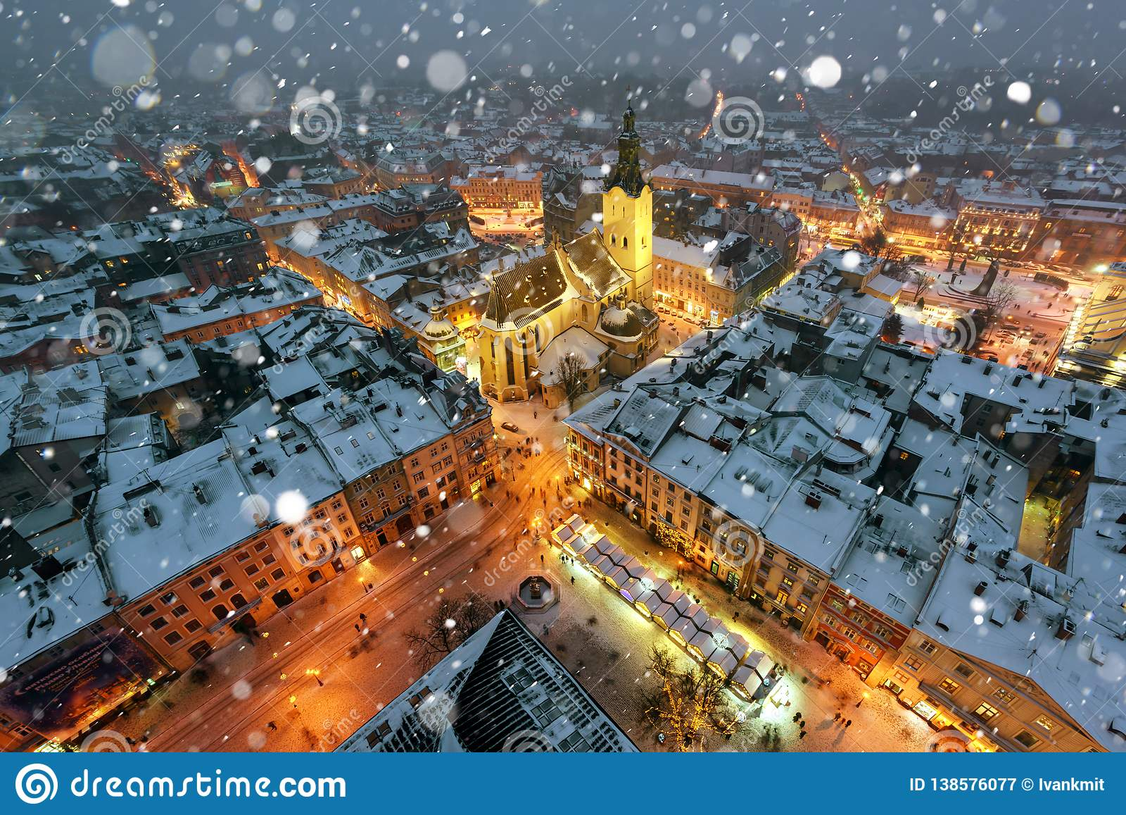 Живописный выравниваясь взгляд в центре города Львова от верхней части ратуши