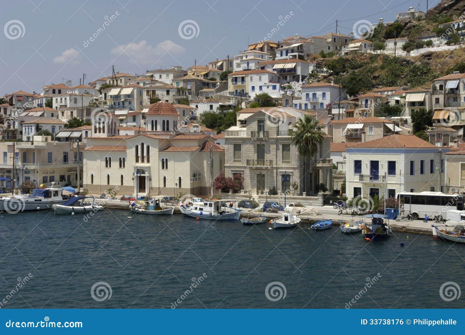 Живописный остров Poros в заливе Saronic